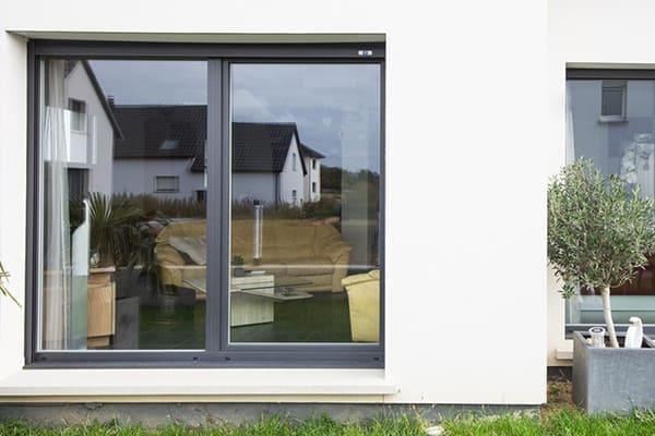 Balkontür in anthrazit eingebaut in heller Fassade