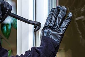 Einbrecher versucht Fenster mit Brecheisen auf zu machen.