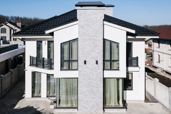 Haus mit modernem Erker und Fenstern.
