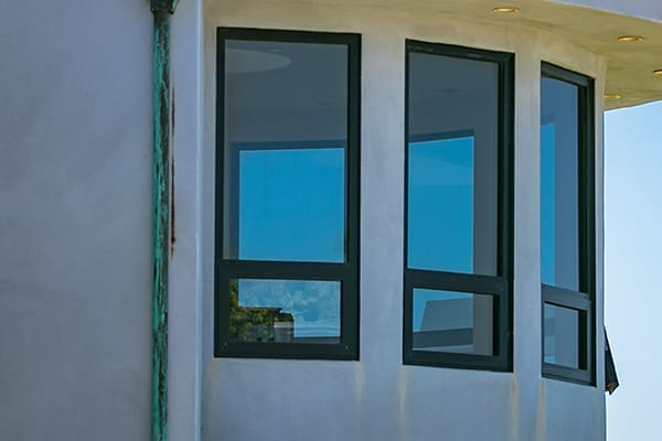 Erkerfenster aus Kunststoff mit Aluminimschale von außen gesehen.