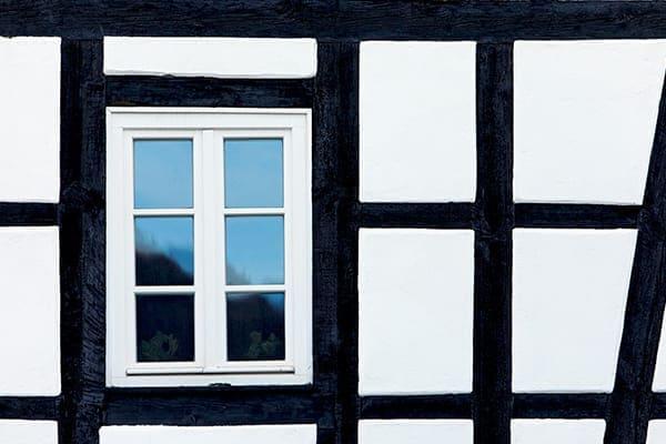 Kunststofffenster von außen gesehen in einem Fachwerkhaus.