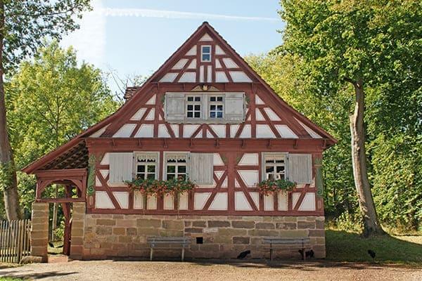 Fachwerkhaus von außen mit Sprossenfenster.