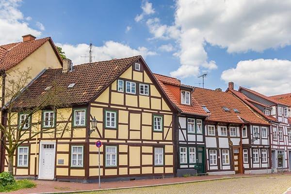Moderne Fachwerkhäuser von außen betrachtet.