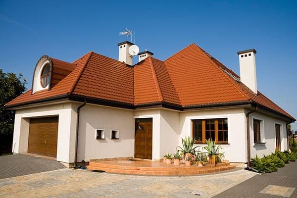 Einfamilienhaus mit braunen Kunststofffenstern.