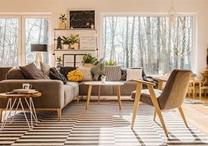 Wohnzimmer mit cremeweissen Fenstern.