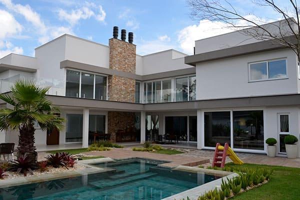 grosses Haus mit vielen Fensterfronten