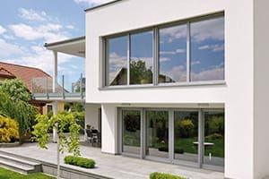 Schöner moderner Neubau mit großen neuen Fensterfronten.