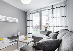 Wohnzimmer mit grauem Fenster