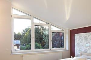Schlafzimmer mit Oberlichtfenster.
