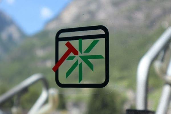 Fensterscheibe mit Schutzfunktion-Schild