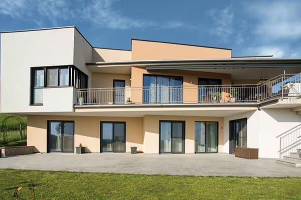 Großes Haus von außen gesehen mit Aluminium Fenster