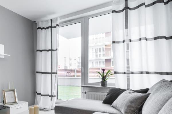 Fenster und Balkontür sind durch Kopplung miteinander kombiniert.