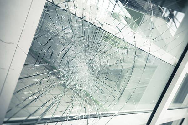 zerbrochnes Fensterglas mit Sicherheitsscheibe.