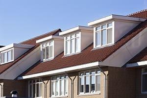 Mehrfamilienhaus mit schönen Dachgauben in weiß mit Kunststofffenster.