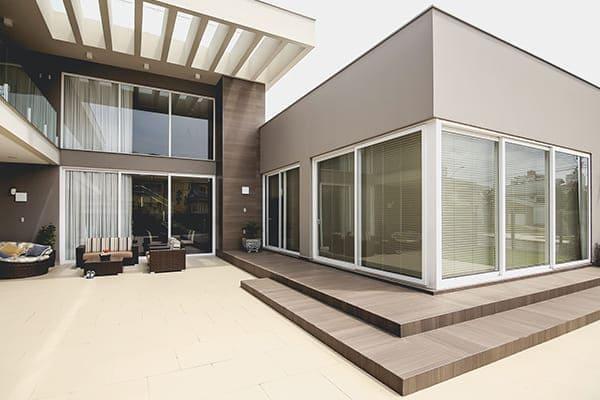 Schöne große Villa von außen gesehen mit großen Fenstern.
