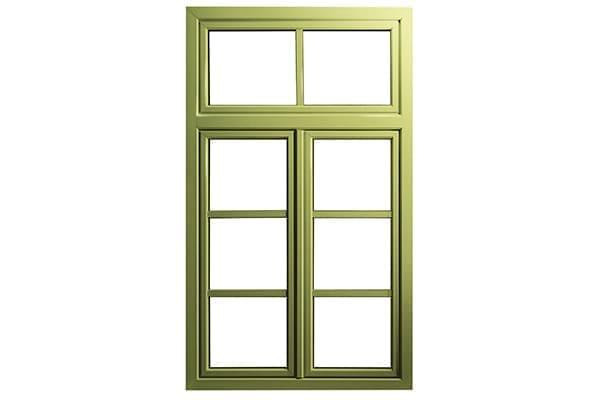 Ein Holzhaus mit grünen Fenstern