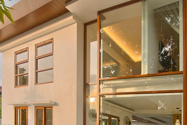 Fenster in Braun mit Holzoptik