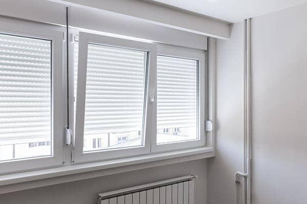 Dreiflügelige Fenster aus Kunststoff.