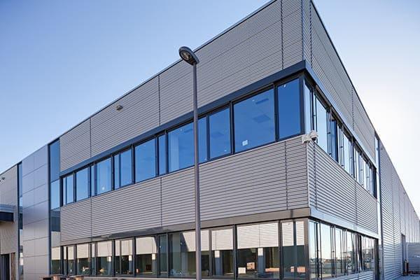 Bürogebäude von außen mit Kunststofffenster und Aluschale außen.