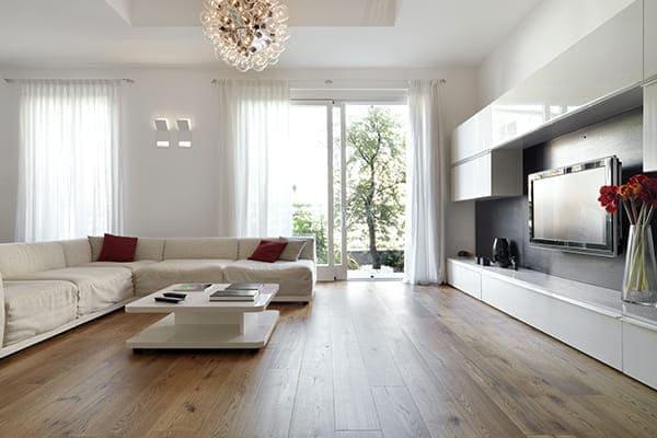 Modernes Wohnzimmer mit großen Balkontüren.