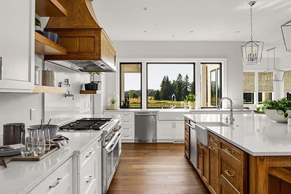Schöne Küche in einem neuen Luxus-Haus mit Parkettboden und anthrazitfarbene Alu-Kunststofffenster.
