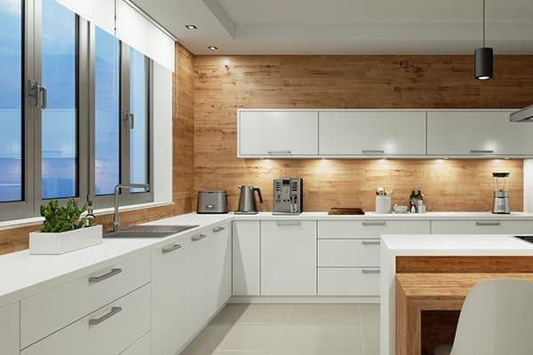 Aluminium Fenster in schöner modernen weißen gut beleuchteten Küche.