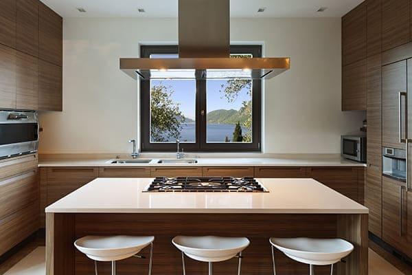 Modernes anthrazitfarbenes Küchenfenster mit braunen Schränken.