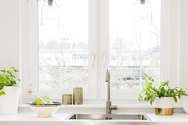 Spühlbecken mit modernen weißen Fenster und silbernen Griff.