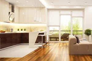 Weiße Küche von innen mit großem Fenster im Hintergrund.