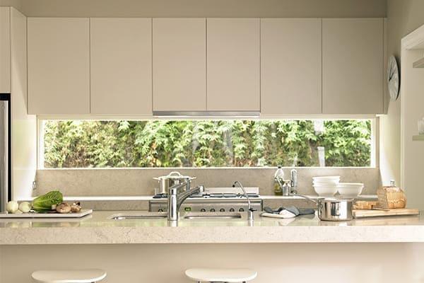 Weiße Küche mit Unterlicht.