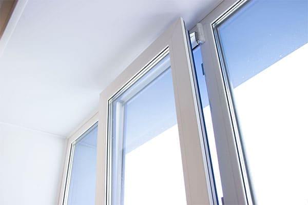 Klapp-Schwingfenster aus Kunststoff