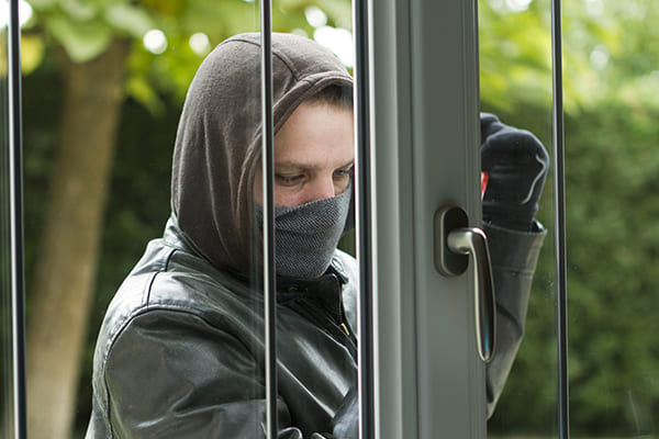 Einbrecher versucht von außen das Fenster zu öffnen.