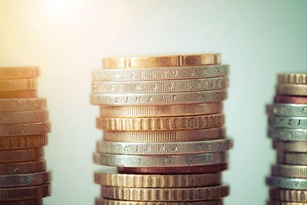 Münzen übereinander gestapelt.