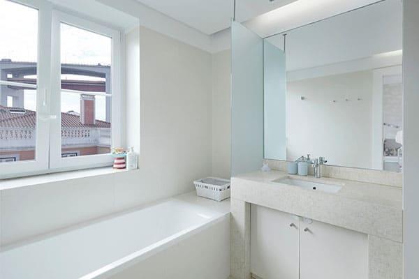 Badezimmer mit Kunststofffenster