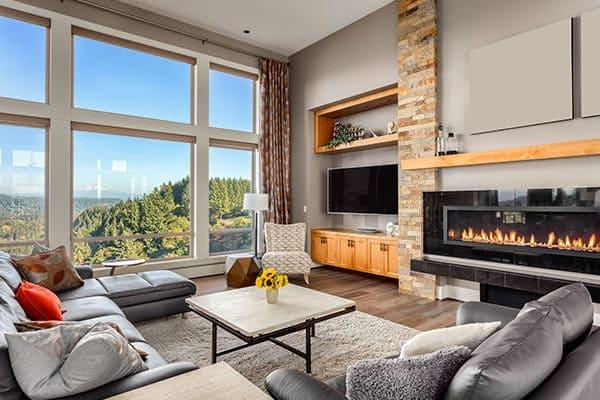Wohnzimmer mit großem Fenster mit super Ausblick mit Bergen