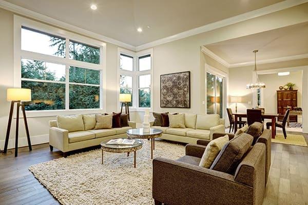 Wohnzimmer mit großen Fensterfronten.