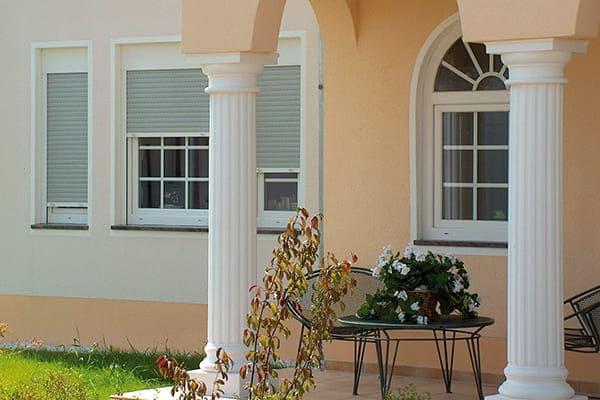 Weiße Fenster mit Rollladen
