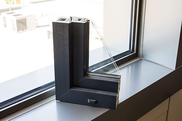 Fensterprofilmusterecke steht auf Fensterbank