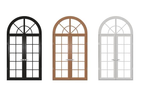 drei Rundbogenfenster mit Sprossen