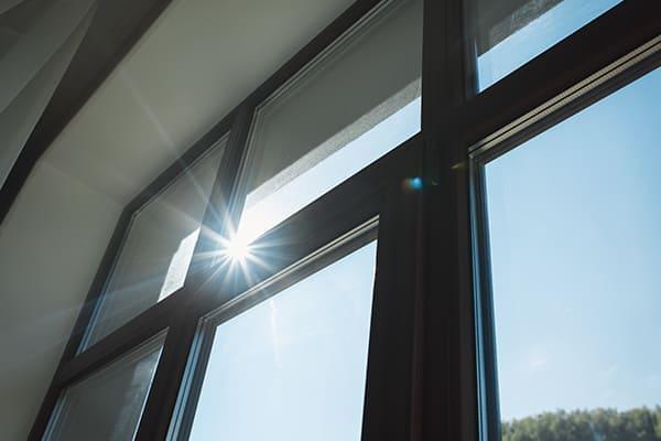 Fenster von innen wo Sonne rein scheint