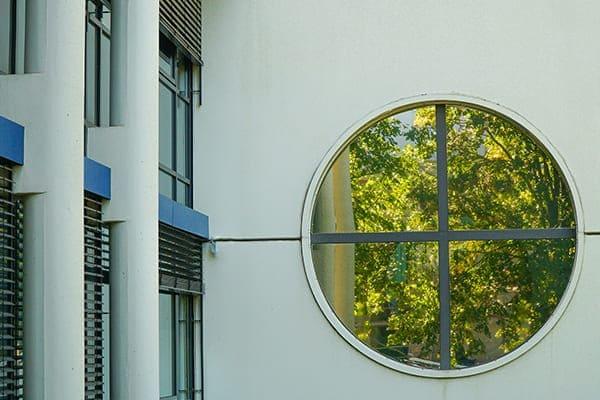 Rundes modernes großes Fenster.