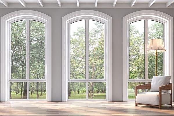 drei Segmentbogenfenster bodentief im Wohnzimmer
