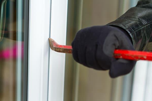 Einbrecher versucht Fenster mit Brecheisen zu öffnen