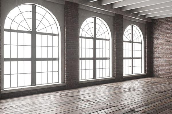 Segmentbogenfenster mit Oberlicht im Loft