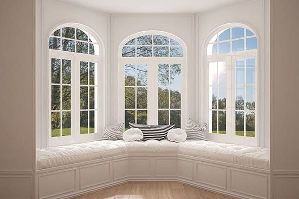 Segmentbogenfenster mit Sprossen im Wohnzimmer