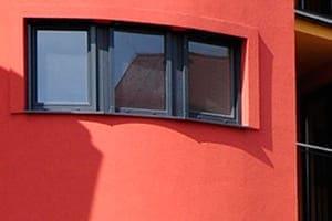 Rotes Gebäude von außen gesehen.
