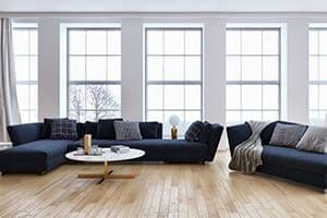 Schöne moderne weiße bodentiefe Wohnzimmerfenster mit Sprossen.