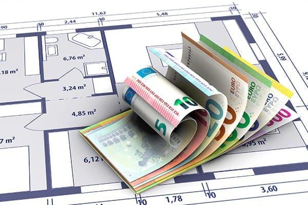 Hausbauplan mit Geldscheinen.