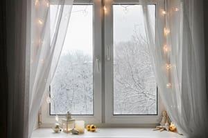 Schönes weißes Fenster mit Winerlandschaft im Hintergrund.