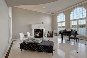 Großes Wohnzimmer einer Villa mit Stichbogenfenster.